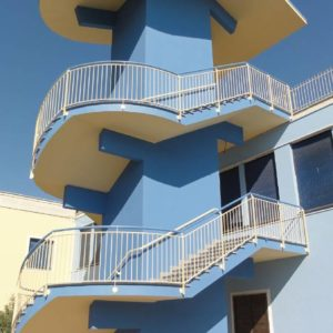 Ośrodek kolonijny w Rimini - schody przeciwpożarowe