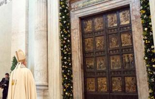 Papież Franciszek przed Świętymi Drzwiami bazyliki św. Piotra