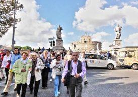 Grupa pielgrzymów w Rzymie