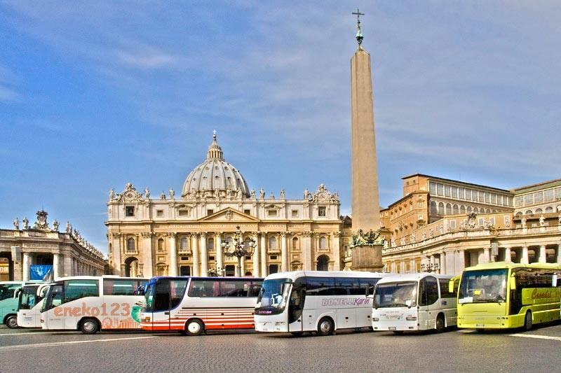 Watykan - autokary na placu św. Piotra