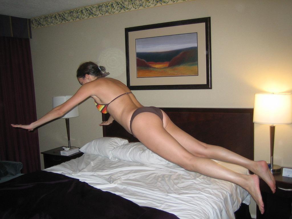 Moda ostatnich lat - skoki na łóżka hotelowe